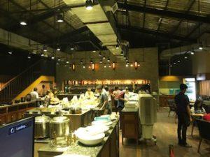 ヤンゴンの焼肉屋の店内