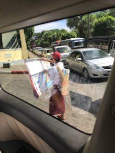 路上で地図を売るミャンマー人