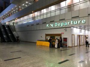 ヤンゴン国際空港出発ロビーへ移動中