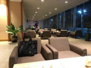 ヤンゴン空港ラウンジのソファ
