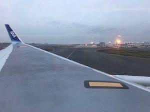 早朝の成田空港に到着