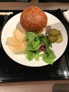 成田空港ANAラウンジでハンバーガー