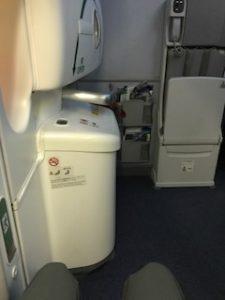 ANAの機内では窓側非常口席