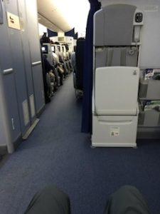座席はEXIT LOWで機内写真