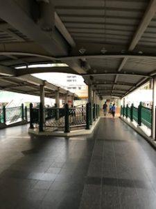チットロム駅からハイアットへ向かう歩道
