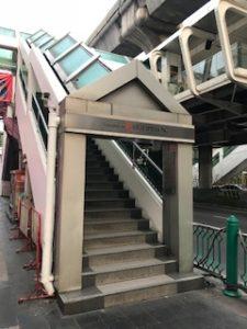 BTSの歩道橋からの降り口