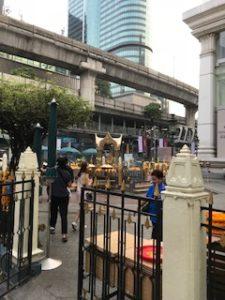 朝のエラワン廟