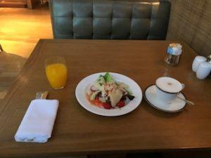 ホテルのクラブラウンジで朝食
