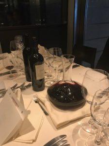 デキャンタで別の赤ワイン