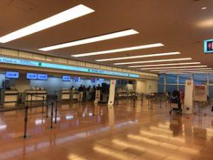 羽田空港国際線ビルの国内線乗り継ぎカウンター