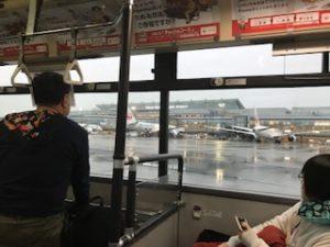 バスの車内で飛行機を見る