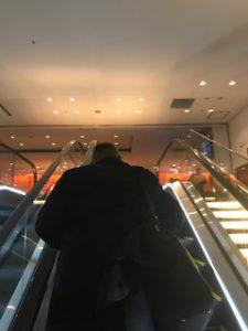 JALラウンジの入口エスカレーター