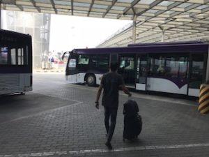 空港のバスで飛行機まで移動