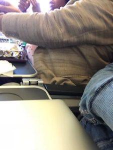 隣の乗客を機内で撮影