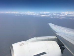 ヒマラヤと機体の翼とエンジンを一緒に写真撮影