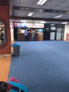 カトマンズ空港の入国前の両替所