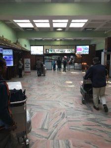 カトマンズ空港の税関を通過した後の通路