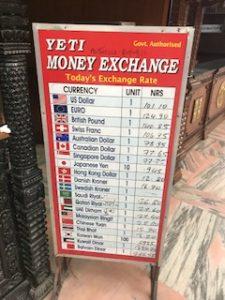 ネパールルピーと外貨の両替レート看板