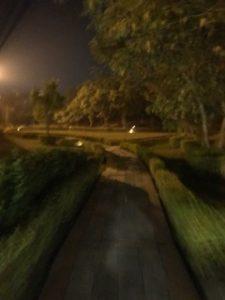 カトマンズで夜の小道を歩いている