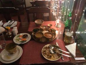 ネパール料理のレストランで夕食