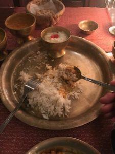 ネパールでカレーの食べ方