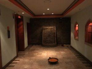 プールの階のエレベーターホール