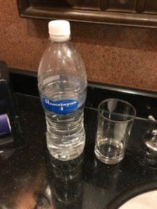 大きいペットボトルの水