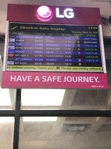 空港の飛行機の電光掲示板