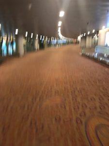 ムンバイ空港内を走る