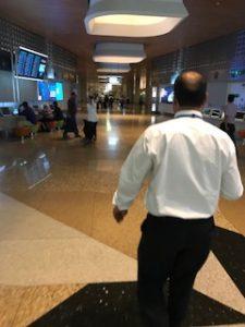 ムンバイ空港で係員が案内