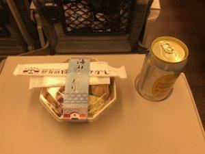 夕食は車内で駅弁とハイボール