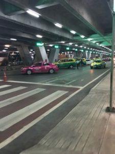 バンコクの空港のタクシー乗り場