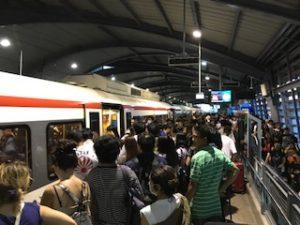 激混みのパヤタイ駅