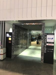 成田空港のファーストクラス専用チェックインカウンター