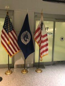 アメリカの国旗が飾ってある税関