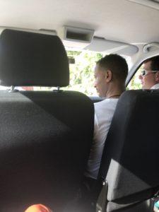 送迎車の男2人