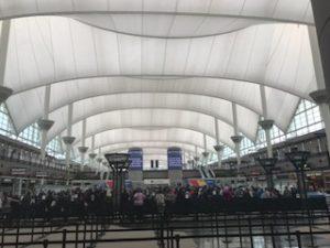 デンバーの空港到着ロビー