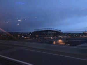 暗い早朝のスタジアム
