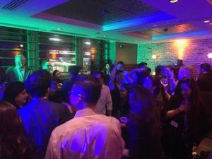 アメリカの大学主催の夜のパーティーに参加