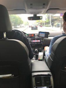 パリのタクシー車内