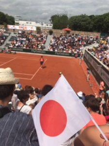 日本の国旗を振って大坂なおみの応援中
