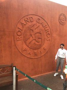 赤土のローラン・ギャロスのロゴの壁