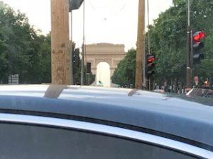 タクシーの車内から凱旋門が見えた!