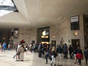 ルーブル美術館出口のアップルストア