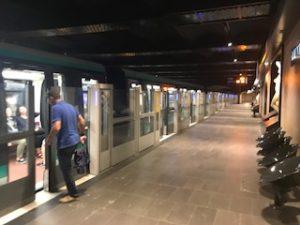 パリの地下鉄ホーム