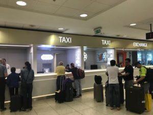 プラハ空港のタクシーの申し込みカウンター
