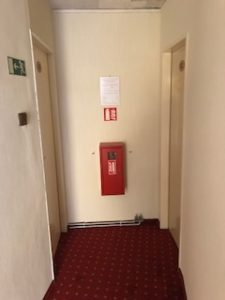 ホテルの部屋の前