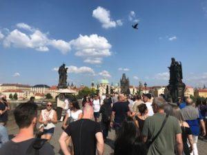 プラハの橋の上