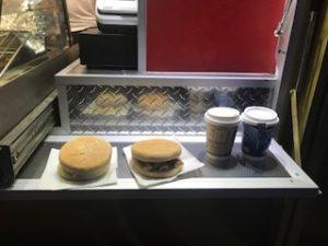 バーガーとホットドリンクを注文