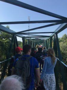 セキュリティゲートを超えた橋